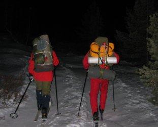 Med full oppakning på ski innover den mørke vidda